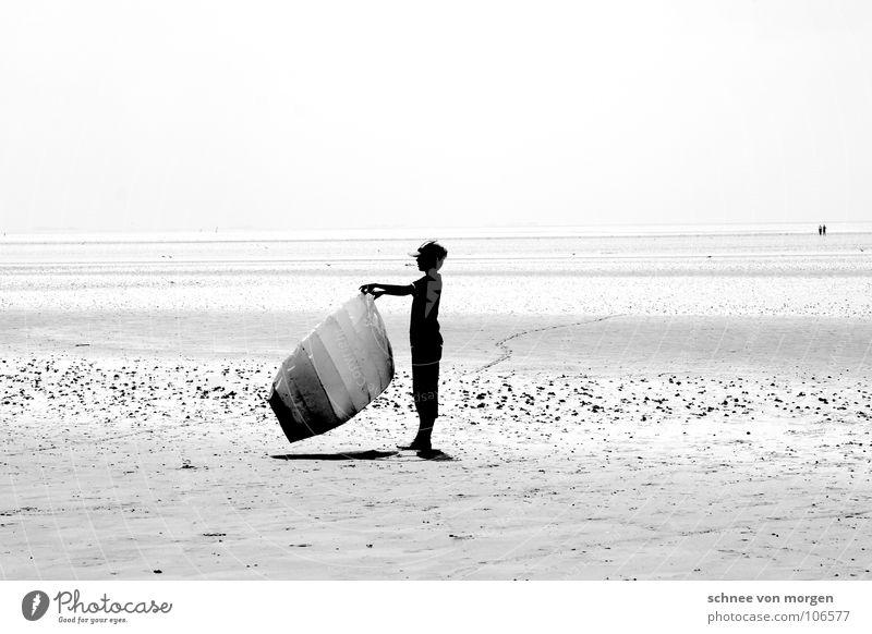 junge-drache-wind See Meer Wind schwarz weiß ruhig Wasserfahrzeug Ferien & Urlaub & Reisen Horizont Spielen grau Sommer Licht Strand Küste Erde Sand Junge