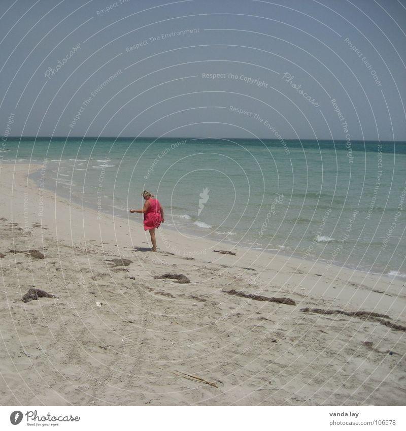 Muschelsammlerin III Meer Strand Kleid heiß Einsamkeit Ferne Horizont braun Sonnenbad Frau dick rund Gesundheit Wellen rein Karibisches Meer träumen himmelblau