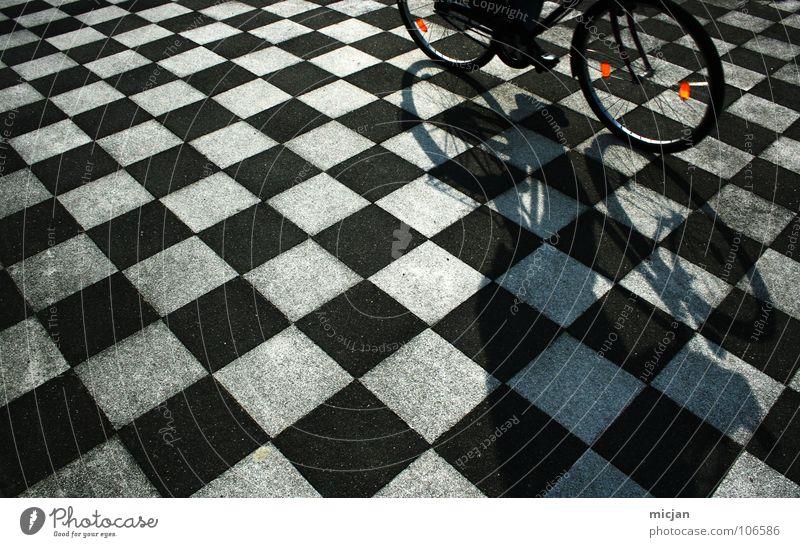 Aerodynamic Mensch weiß schwarz Straße Spielen Stein Fahrrad Ordnung Platz Perspektive Boden Bodenbelag fahren Punkt Fliesen u. Kacheln Verkehrswege