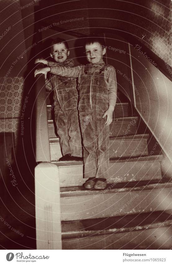Damals war's Achtziger Jahre früher Vergangenheit Erinnerung vergessen Treppe Kind Bruder Junge gestellt