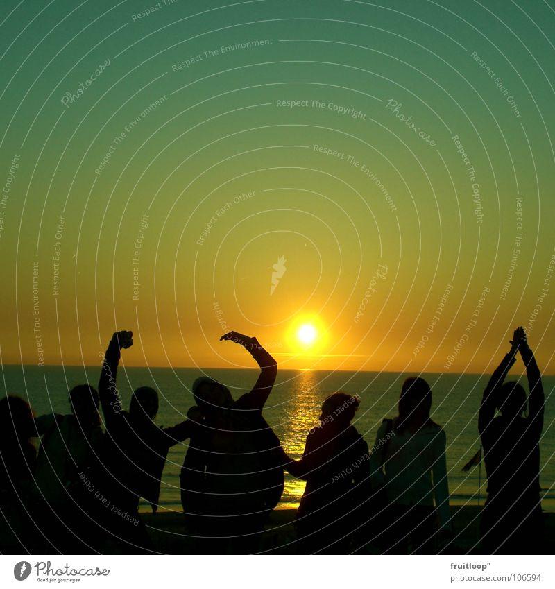 menschlein streck dich! Stimmung Gesellschaft (Soziologie) Freundschaft Ferien & Urlaub & Reisen Ereignisse Meer Sonne Abend Mensch Schatten Arme Nordsee Farbe