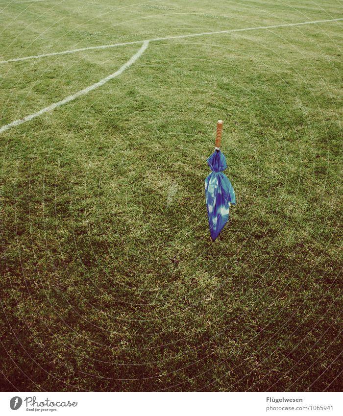 Abgesagt Regen Regenwasser Fußball Fußballplatz Spielfeld Rasen Wiese Stadion Regenschirm Ablehnung