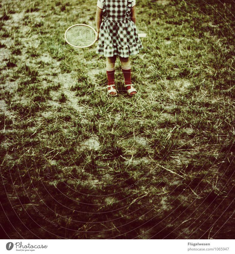 Steffi Graf's Anfänge Tennis Tennisschläger Badminton Federball Kind Kindheit Kindheitserinnerung Mädchen Kleid Spielen