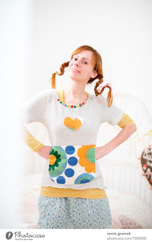 Pippi Lifestyle Freizeit & Hobby Spielen Mensch feminin 1 Kitsch verrückt Freude Glück Fröhlichkeit Leben Pippi Langstrumpf Zopf rothaarig Farbfoto mehrfarbig