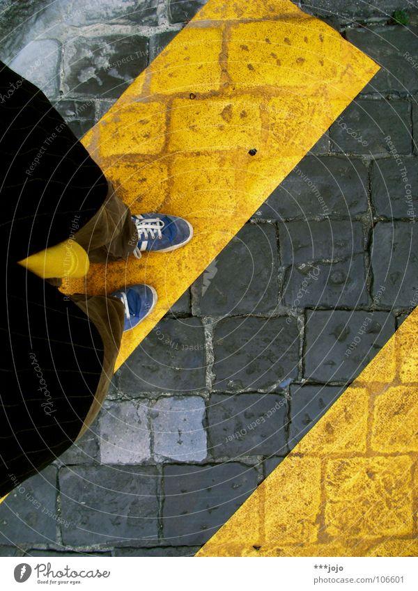 comeback Zebrastreifen gelb Straßenverkehr Schuhe Blick nach unten Untergrund Fußgänger Jacke Italien Leuchtkraft Verkehrswege Kopfsteinpflaster Bodenbelag