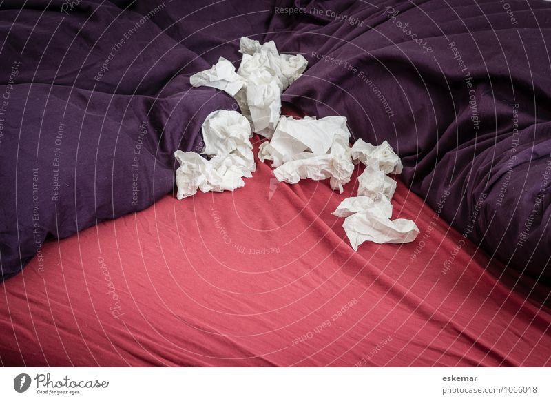 grippaler Infekt weiß rot Wohnung Häusliches Leben authentisch Bett violett Erkältung Krankheit Taschentuch