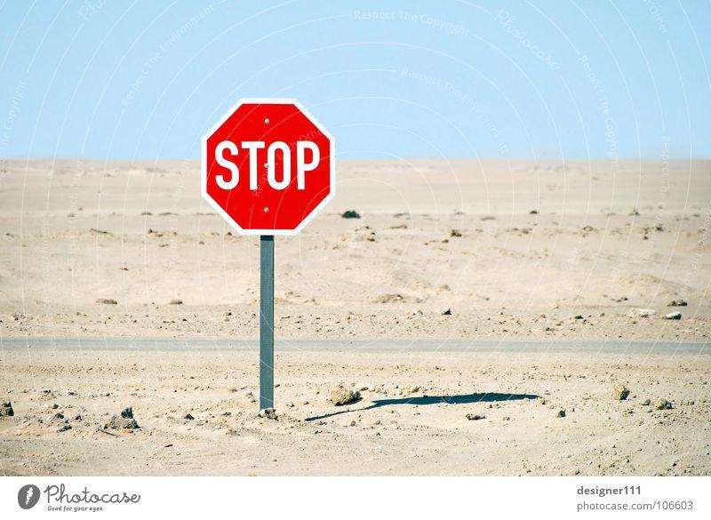 STOP blau grün weiß Einsamkeit rot schwarz kalt Berge u. Gebirge gelb Straße Graffiti Wege & Pfade oben Sand Schilder & Markierungen Niveau