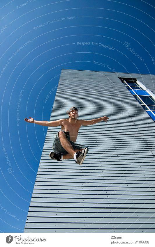 absprung II springen Haus Hochhaus Wolken chinesische Kampfkunst Karate Kick Aktion lässig Schneidersitz Kampfstellung abwärts Lamelle modern hause Himmel blau