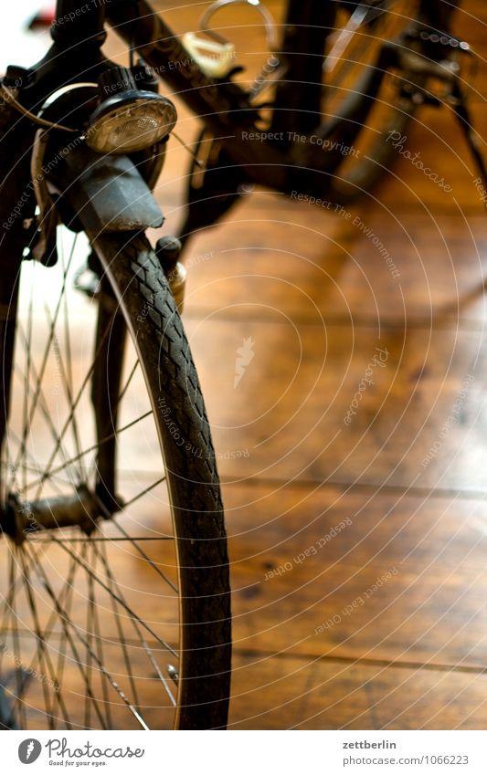 Fahrrad again Rad Fahrradfahren Pedal Tretlager Fahrradrahmen Flur Boden Bodenbelag Holz Wohnung Häusliches Leben Diebstahl Fahrradausstattung Fahrradsattel