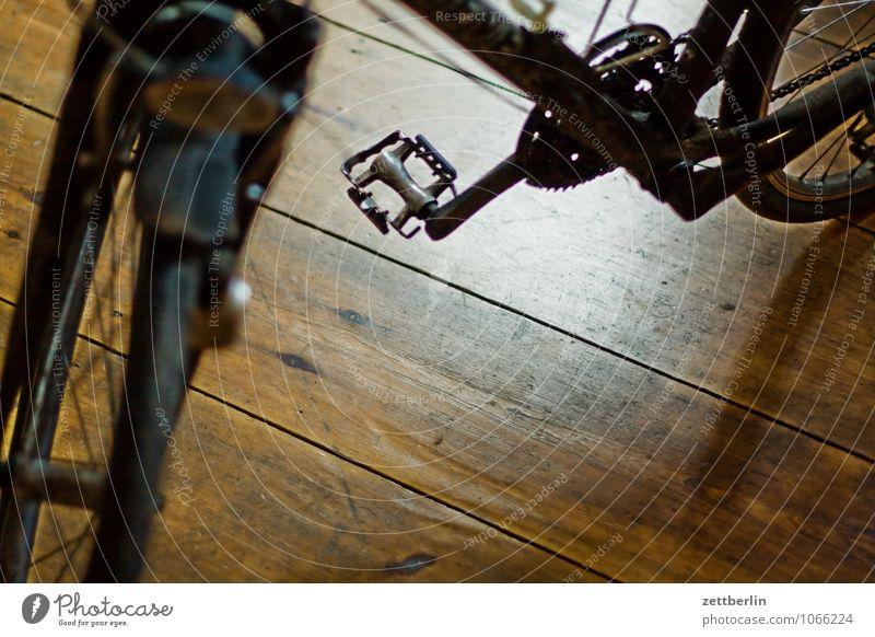Fahrrad Rad Pedal Tretlager Fahrradrahmen Flur Boden Bodenbelag Holz Wohnung Häusliches Leben Diebstahl Fahrradausstattung Garage Vorsicht stehen Fahrradständer