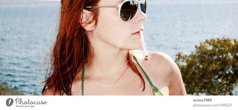 Urlaub Frau Wasser schön Meer Sommer Strand Ferien & Urlaub & Reisen See Wärme Wetter Rauchen Physik heiß Zigarette Sonnenbrille