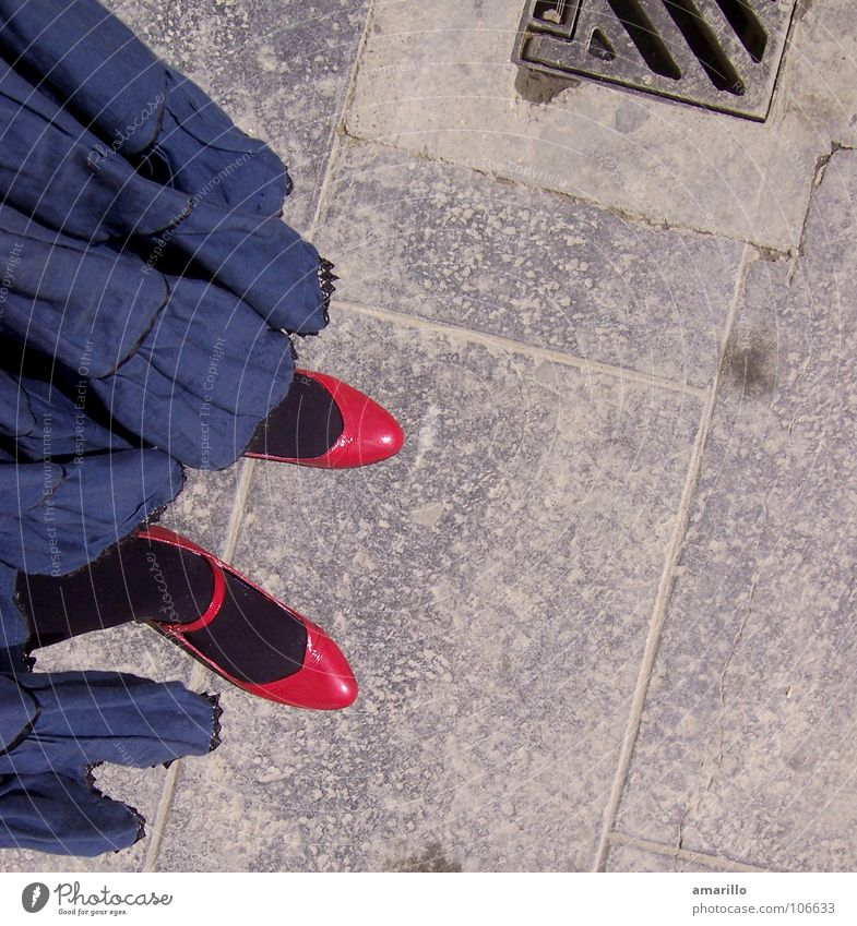 Schuhliebe Bekleidung Schuhe grau kindlich Valencia Spanien Frau feminin Bürgersteig Außenaufnahme Strumpfhose magenta rosa schwarz Abwasserkanal Gully Straße