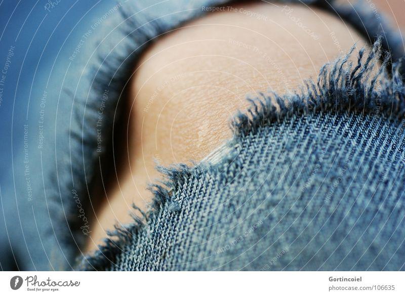Putt Jugendliche alt blau Mode Haut Bekleidung Jeanshose kaputt Stoff schäbig Loch Punk Riss gegen Textilien