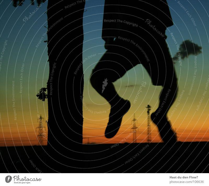 einfach mal ne runde abhängen Sonnenuntergang Schuhe Flipflops Elektrizität Strommast baumeln Erholung Baum Blatt rot grün schwarz Mann Hemd kopflos