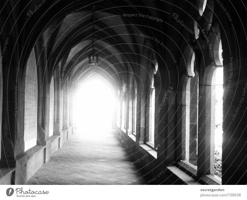 das licht am anderen ende Christentum Altertum Laterne Licht Tunnelblick Ausgang Arkaden Sonnenstrahlen Überbelichtung zurückziehen ruhig Raum Menschenleer