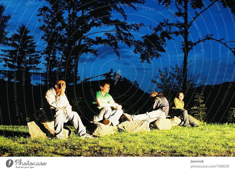 Geblendet vom Licht Freundschaft Wiese Nacht Wolken grün schwarz Baum Langzeitbelichtung blau Berge u. Gebirge Stein Schatten Kontrast Siliuetten Himmel