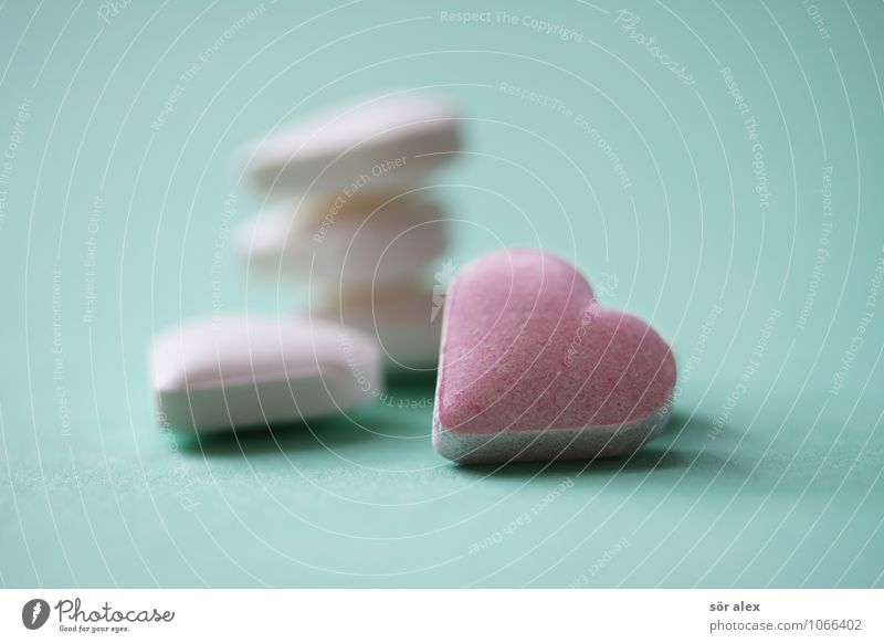 fünf herzchen Süßwaren Bonbon Ernährung süß grün rosa weiß herzförmig Herz Farbfoto mehrfarbig Innenaufnahme Makroaufnahme Menschenleer Textfreiraum links