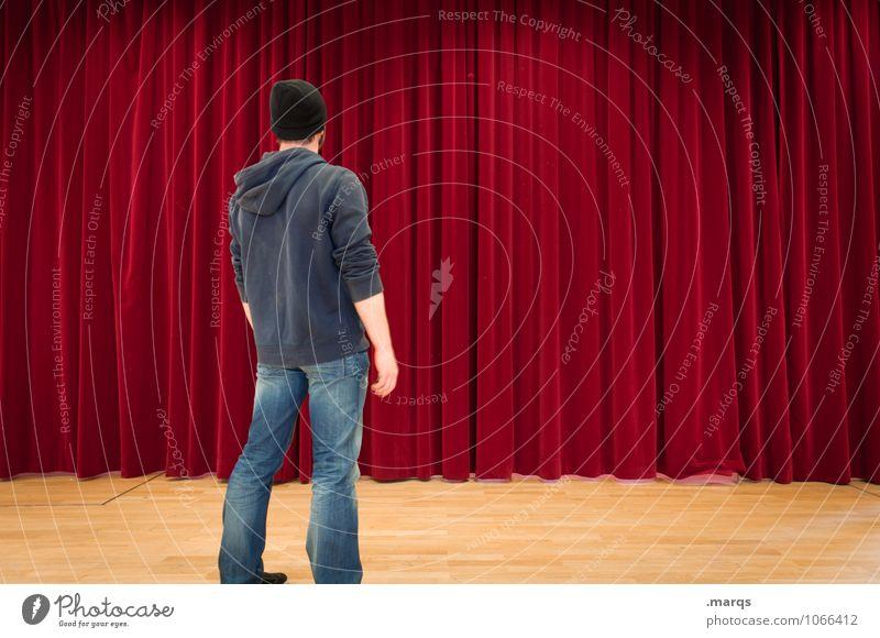 Erwartung Mensch Jugendliche rot Junger Mann maskulin stehen warten Kultur Neugier Show Veranstaltung Theaterschauspiel Vorhang Bühne Interesse