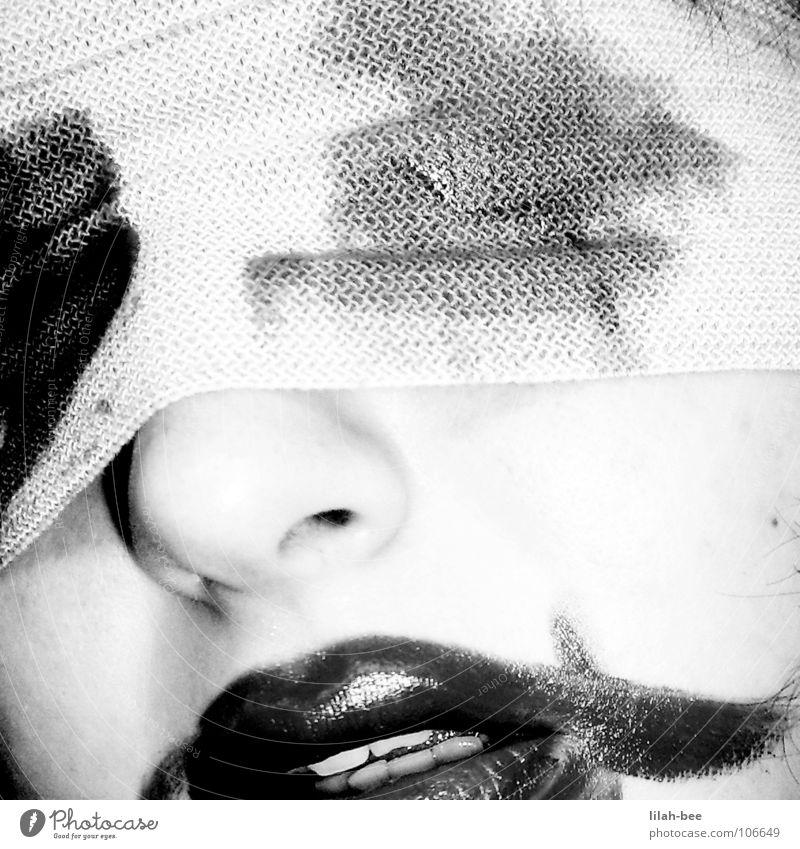 hilflos Lippen Lippenstift Verzweiflung blind Trauer Augenbinde Panik Angst Schwarzweißfoto Blut Schmerz Tod Verband Blick Hilfsbedürftig