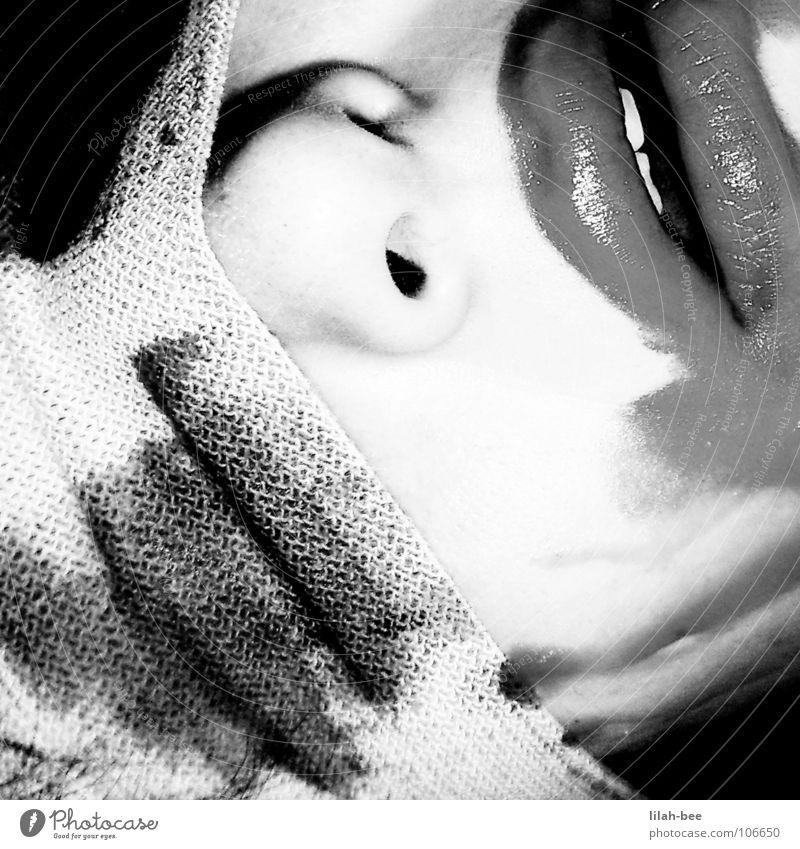 verzweifelt Lippen Lippenstift Verzweiflung blind Trauer Augenbinde hilflos Panik Angst Schwarzweißfoto Blut Schmerz Tod Verband Blick Hilfsbedürftig