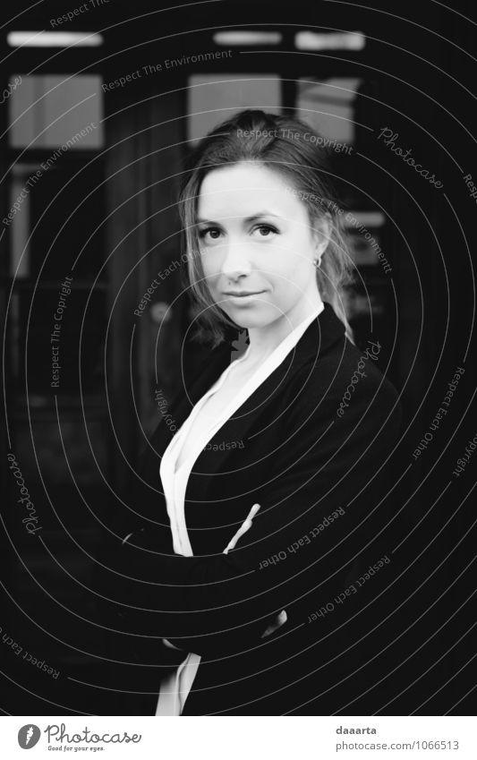 Jana Porträt Lifestyle elegant Stil Freude Leben harmonisch Abenteuer Freiheit feminin Junge Frau Jugendliche Hemd Jacke Pony Lächeln einfach Erfolg