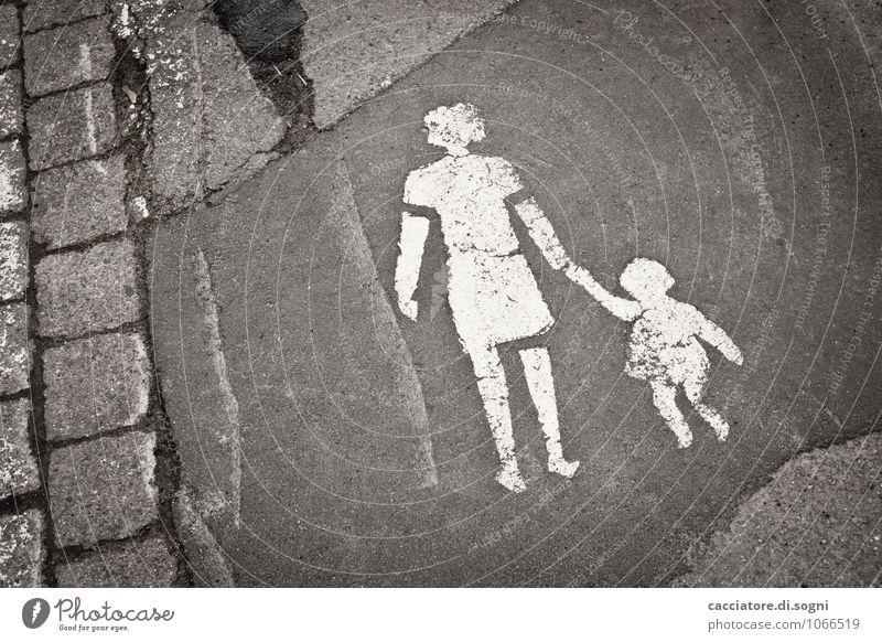 An Mamas Hand Kind alt weiß Hand Straße Graffiti lustig Wege & Pfade grau klein Zusammensein Fröhlichkeit Lebensfreude einfach Zeichen Freundlichkeit