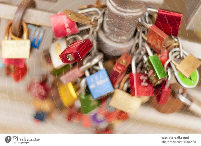 Liebesnest Brückengeländer Pfosten Vorhängeschloss Metall Schloss Liebesschloss Erfolg Zusammensein Glück trendy klein modern mehrfarbig rot silber