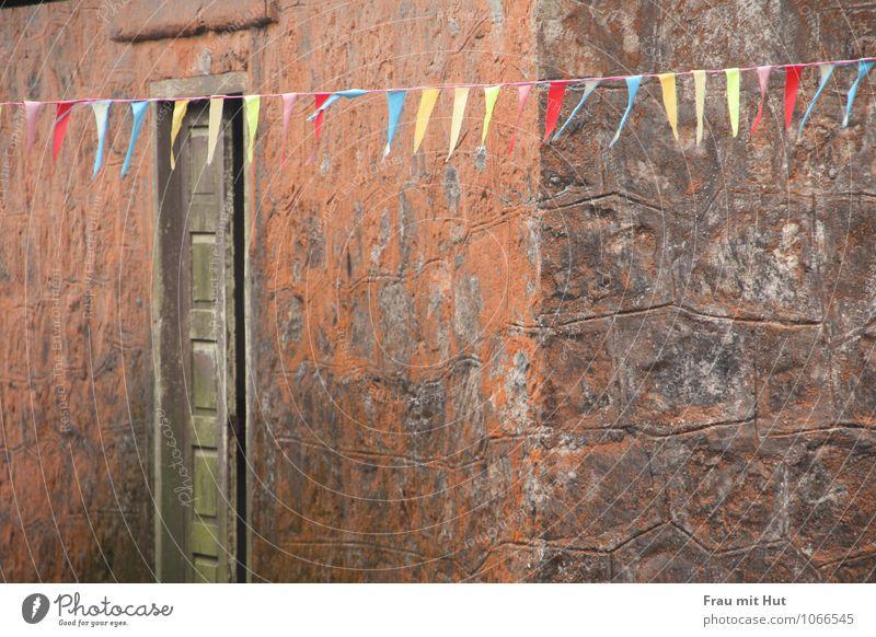 Wimpel an Wand Ferien & Urlaub & Reisen alt blau rot Einsamkeit Haus gelb Architektur Gebäude Mauer Stein braun orange Luft dreckig