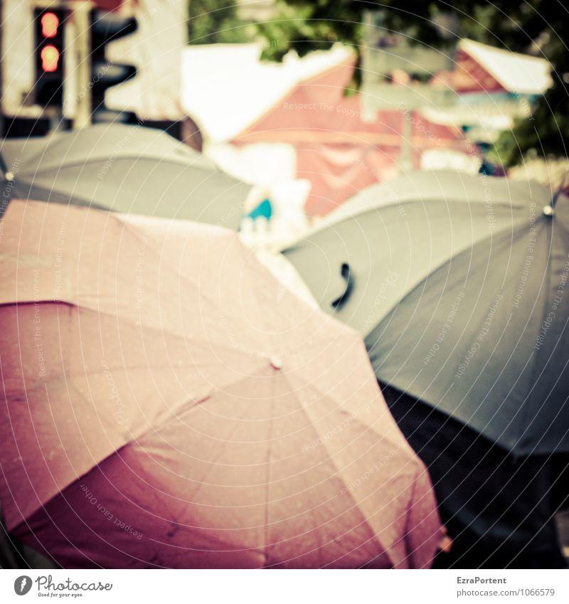heute Mensch 3 Menschengruppe Stadt Verkehr Verkehrswege Fußgänger dunkel grau rot schwarz Regenwasser Regenschirm Ampel warten stehen verstecken nass Schutz