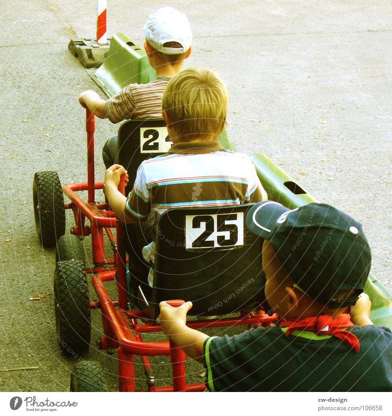 mit vollgas weiter! Kind Spielplatz Spielen fahren stehen Sandkasten Sportplatz Fahrbahn Rennbahn stoppen Hinweisschild Warnschild Straßenrand