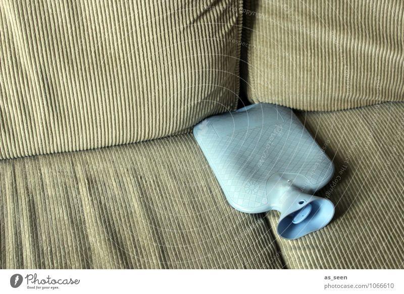 Frostbeule Wohlgefühl ruhig Wohnung Sofa Wohnzimmer Ruhestand Feierabend Leben Wärmflasche Kunststoff frieren liegen authentisch retro Wärme weich blau braun