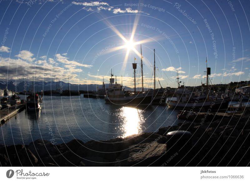 Húsavík im Sommer Umwelt Natur Landschaft Urelemente Wasser Sonne Sonnenlicht Schönes Wetter Hügel Meer Atlantik Verkehrsmittel Schifffahrt Bootsfahrt