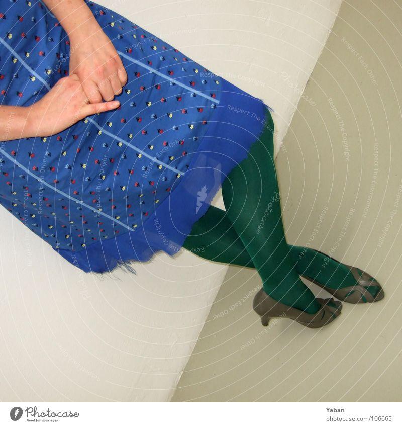 Vernissage ... Frau Hand grün blau Beine Kunst warten Kleid Strumpfhose diagonal Schüchternheit Besucher Damenschuhe verlegen