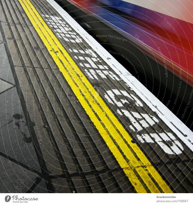 G_P Ferien & Urlaub & Reisen gelb Linie Verkehr Eisenbahn gefährlich fahren Güterverkehr & Logistik Schriftzeichen bedrohlich Buchstaben U-Bahn London Kontrolle Typographie England