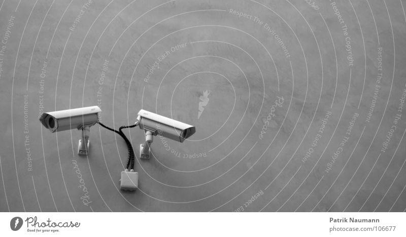 watch me if you can Wand Überwachung Überwachungskamera Sicherheit Vogelperspektive überwachen retten schwarz weiß technisch Schwarzweißfoto Stadt watching