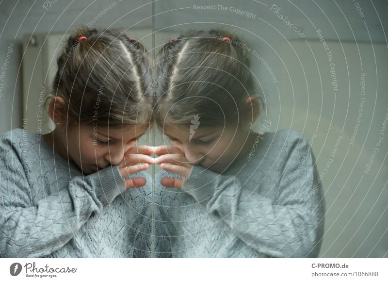 Gespiegeltes Mädchen 3 Mensch feminin Schwester Freundschaft Kind Kindheit Zwilling 3-8 Jahre Pullover Ohrringe brünett Glas Blick Neugier grau Einsamkeit