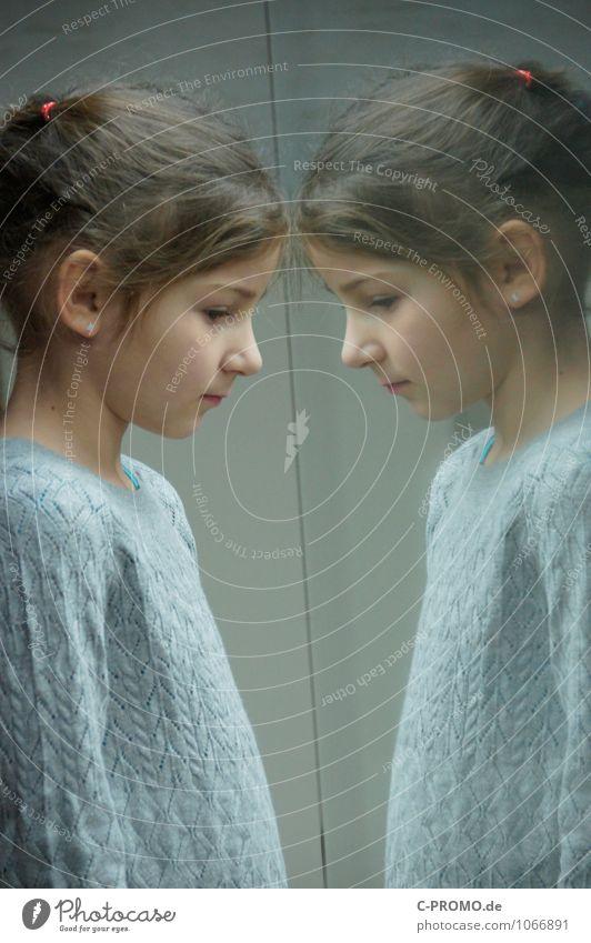 Zwillinge 4 Mensch Kind Einsamkeit Mädchen Traurigkeit feminin grau Freundschaft nachdenklich Glas Kindheit Perspektive einzeln Textfreiraum Neugier brünett