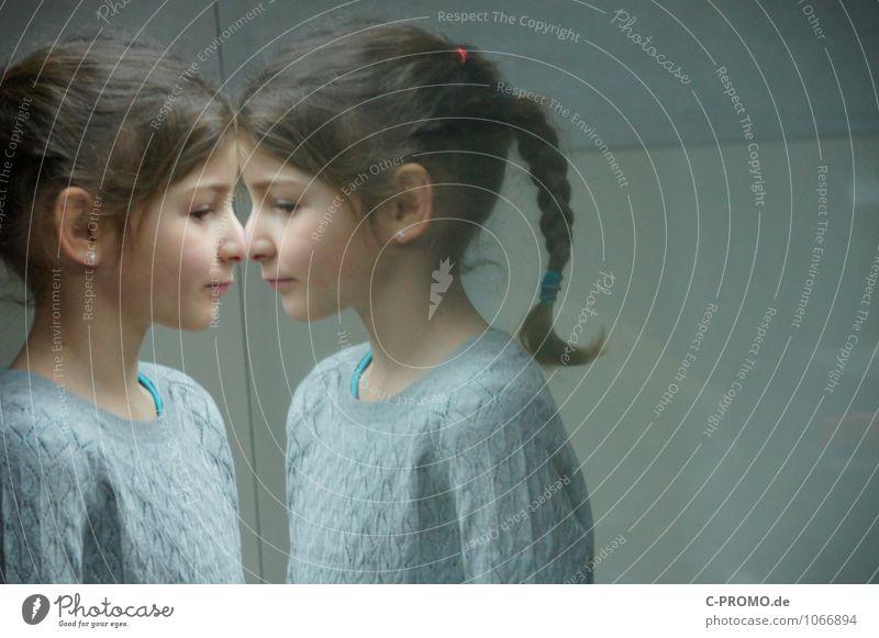 Gespiegeltes Mädchen 1 Mensch feminin Schwester Freundschaft Kindheit Kopf 2 3-8 Jahre Pullover Ohrringe brünett Zopf Glas Blick Neugier grau Einsamkeit