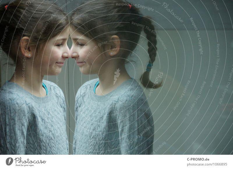 Gespiegeltes Mädchen 2 Mensch feminin Schwester Freundschaft Kindheit Zwilling 3-8 Jahre Pullover Ohrringe brünett Zopf Glas Blick Neugier grau Einsamkeit