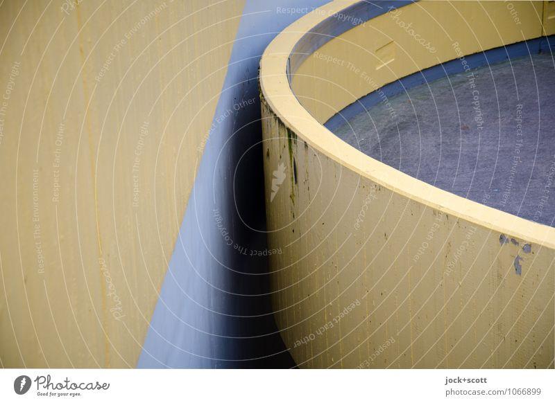 Runde trifft Beton Erlangen Rampe Strukturen & Formen Halbkreis Spalte Zwischenraum trist braun Schutz Wege & Pfade gegenüber Hintergrundbild Betonwand