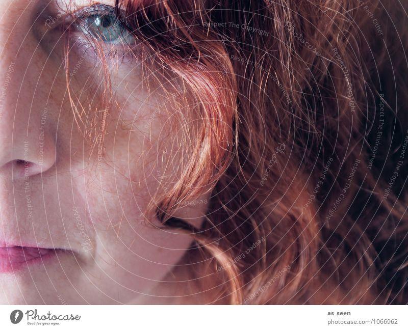 Entschlossen Mensch Frau grün Farbe rot kalt Erwachsene Gesicht Auge Gefühle Denken Haare & Frisuren braun orange modern authentisch