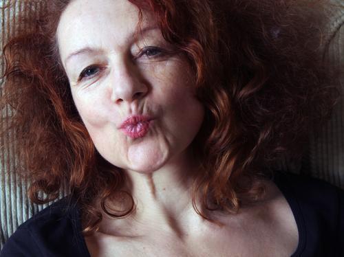 Kiss Frau Erwachsene Leben Mund Lippen 1 Mensch 30-45 Jahre Haare & Frisuren rothaarig Locken Küssen authentisch Freundlichkeit schön einzigartig positiv braun