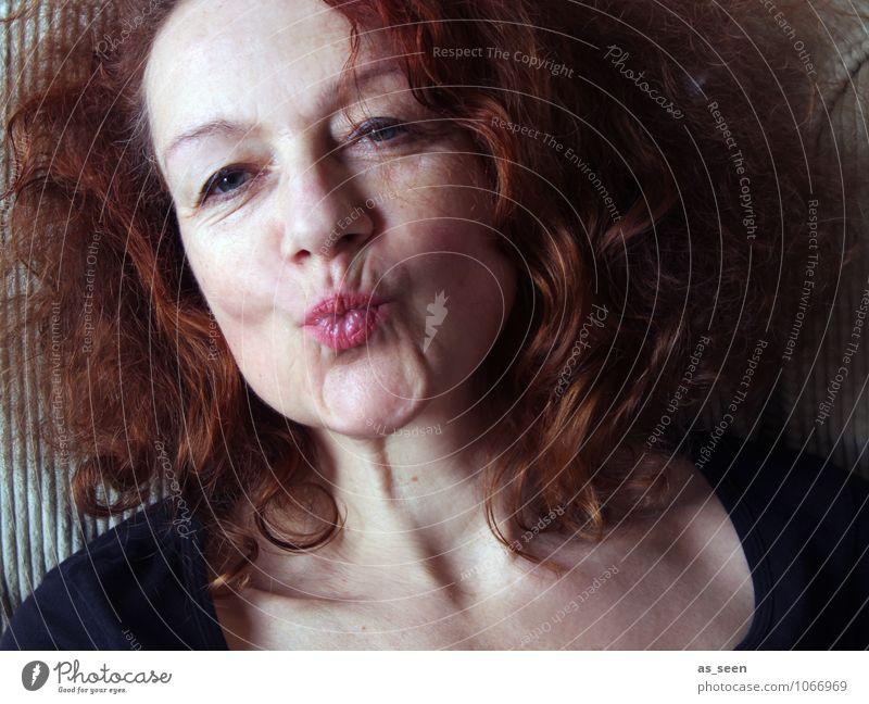 Kiss Mensch Frau schön rot schwarz Erwachsene Leben Liebe Gefühle Haare & Frisuren braun authentisch Kommunizieren Mund einzigartig Romantik