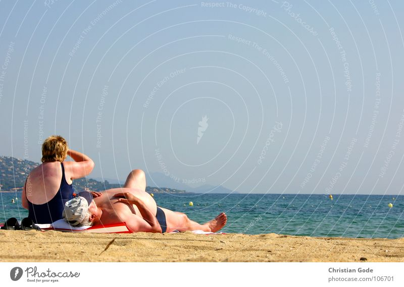 Jetzt, guck doch mal...!! Südfrankreich Cote d'Azur Meer Strand gelb Horizont Küste Bauch Aussicht Sonnenbad Badeanzug Handtuch Mütze Badehose