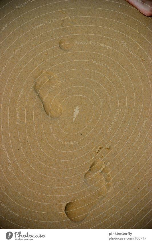 Deine Spuren im Sand..... Meer See Wellen Strand nass Barfuß Zehen Fußspur Erbe Erde Küste Wasser seichtes Wasser