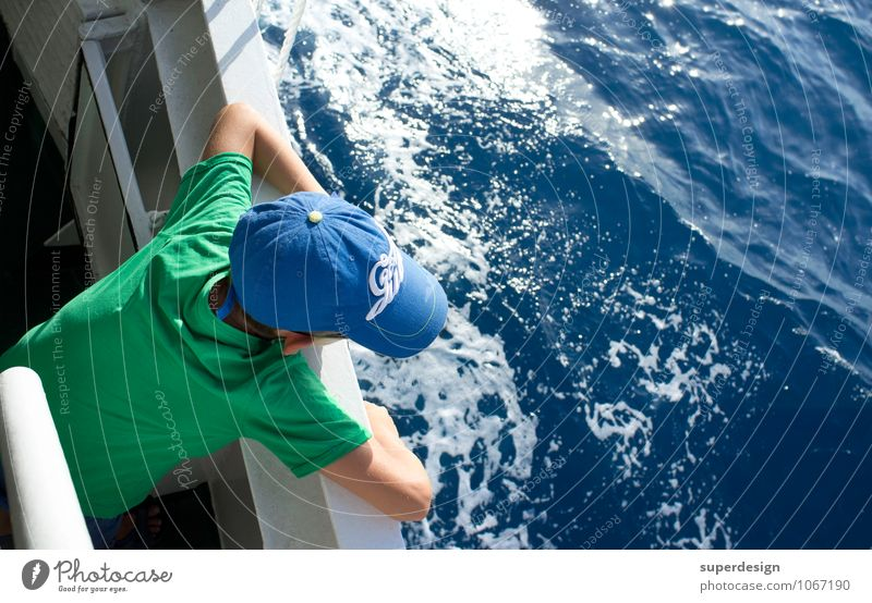 auf hoher See Ferien & Urlaub & Reisen blau grün Wasser Sommer Sonne Meer Ferne Junge Denken Freiheit nachdenklich Wellen Tourismus Insel Ausflug