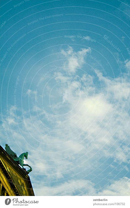 Pegasus Himmel Sommer Haus Wolken Berlin springen Kraft hoch Pferd Niveau Dach Kultur Denkmal historisch Skulptur Wahrzeichen