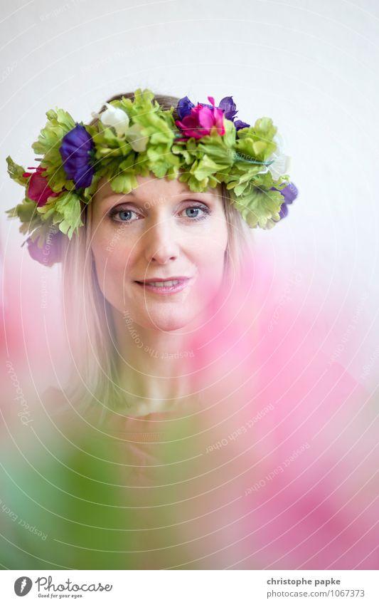 Blumenkind Lifestyle Junge Frau Jugendliche Erwachsene Gesicht 1 Mensch 18-30 Jahre 30-45 Jahre Frühling Blatt Blüte Accessoire blond Blühend schön Blumenkranz