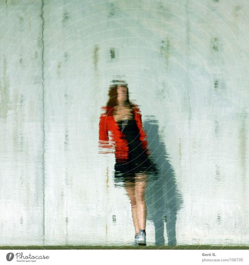 distorted Reflexion & Spiegelung Wasseroberfläche Oberfläche Verzerrung Frau Minikleid schwarz Das kleine Schwarze Jacke rot Mauer Wand grau Kleid Chucks Schuhe