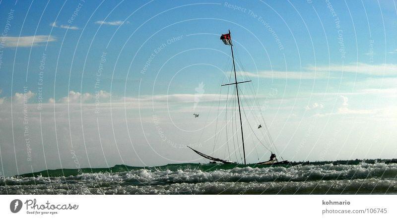 Seegang Segelschiff Segelboot Wasserfahrzeug Fahne Wellen Meer Indonesien Sulawesi Wellengang Brandung Pirat Segeln Außenaufnahme weiß Wolken Horizont Asien